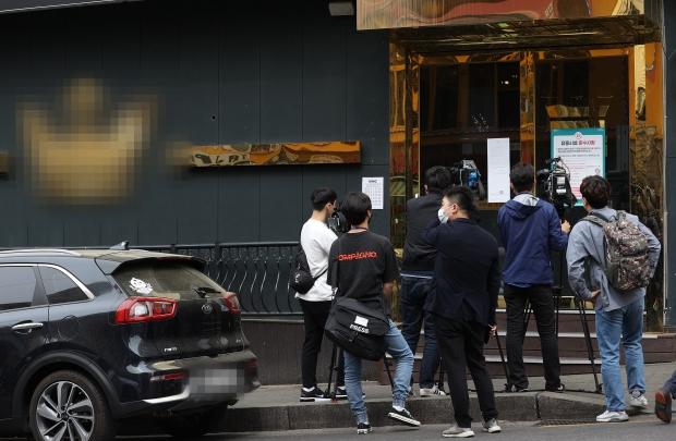 7일 오후 신종코로나 바이러스 감염증(코로나19) 확진자가 다녀간 서울 이태원의 한 클럽 앞에서 기자들이 취재를 하고 있다. /사진=연합뉴스