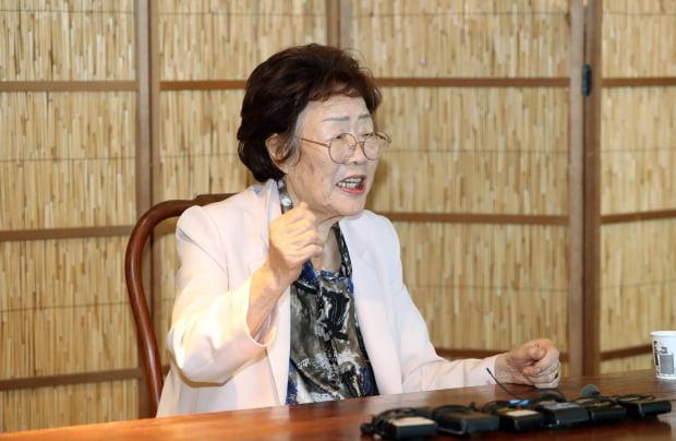 일본군 '위안부' 피해 생존자인 이용수 할머니가 7일 오후 대구시 남구 한 찻집에서 열린 기자회견에서 수요집회를 없애야 한다고 주장하며 관련단체를 비난하고 있다. 사진=연합뉴스