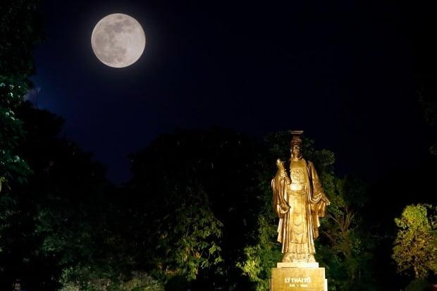 베트남 하노이에서 7일(현지시간) 보름달이 한 불상 뒤로 떠오르고 있다. EPA연합뉴스