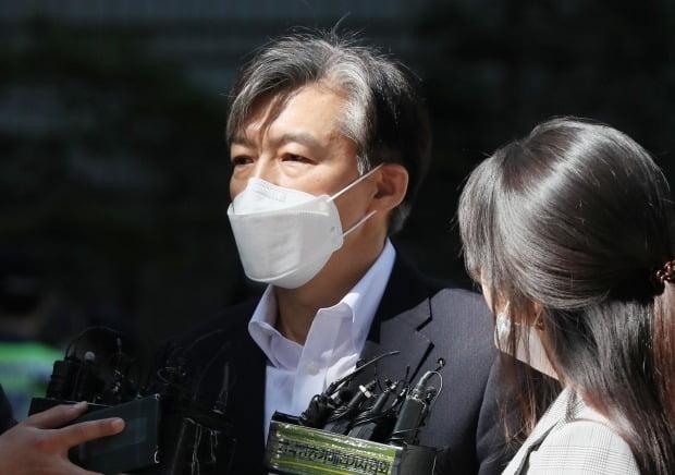조국 전 장관, 취재진 질문에 답변 (사진=연합뉴스)