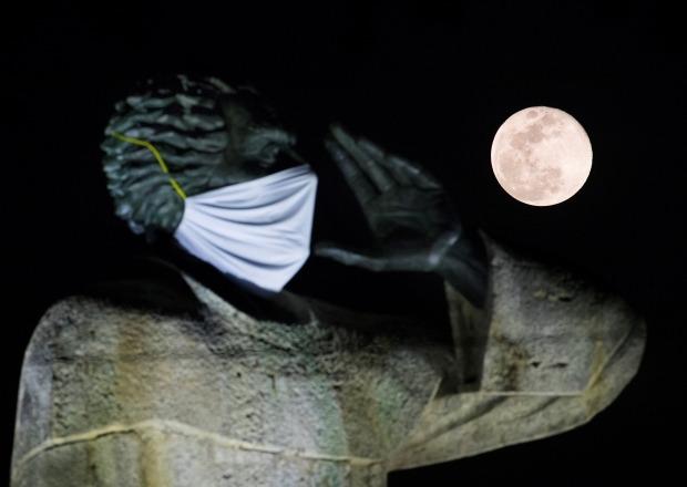 도미니카공화국 산토도밍고의 안토니오 몬테시노 신부 동상 뒤로 보름달이 떠오르고 있다. 스페인 출신의 몬테시노 신부는 1500년대 스페인의 남미 진출 당시 원주민 인권 보호 운동을 펼쳤던 인물이다. 시민들이 코로나19 예방을 기원하는 의미에서 그의 동상에 마스크를 씌워 놓았다. EPA연합뉴스