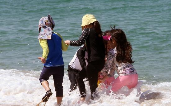 초여름 날씨에 바다로 뛰어든 어린이들/사진=연합뉴스