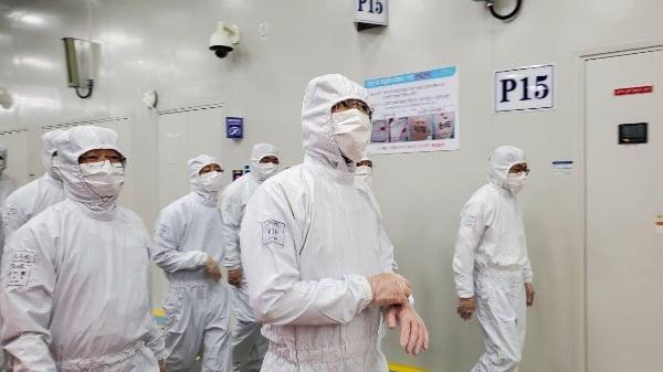 이재용 삼성전자 부회장이 지난 18일 중국 산시성에 위치한 시안반도체 사업장을 방문해 생산라인을 점검하고 있다/사진제공=삼성전자