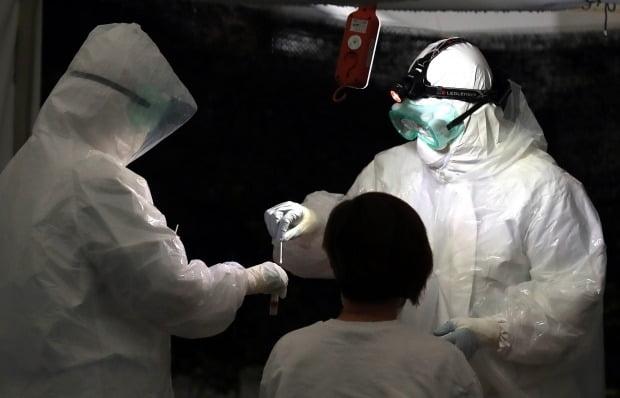 보건소 관계자들이 코로나19 검체 검사를 하고 있다. 사진=연합뉴스