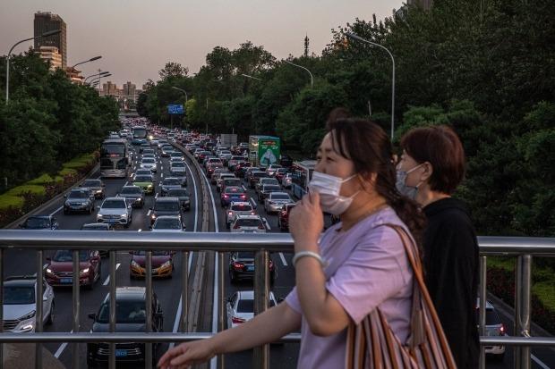 중국 베이징에서 시민들이 마스크를 착용하고 육교를 건너고 있다. '양회'로 불리는 전국인민정치협상회의와 전국인민대표대회가 오는 21일과 22일부터 베이징에서 개최될 예정이다. EPA연합뉴스