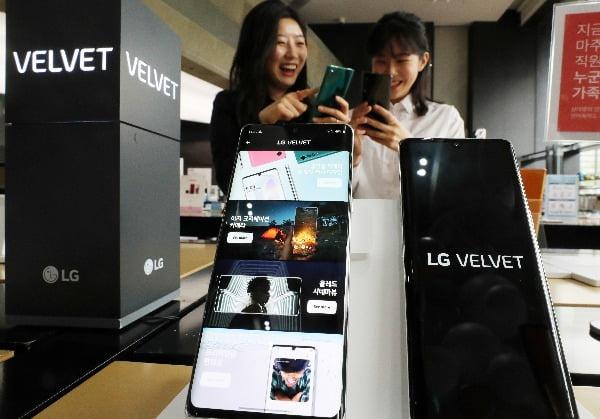 지난 19일 서울 광화문 KT올레 스퀘어에서 시민들이 출시된 LG벨벳을 살펴보고 있다/사진=연합뉴스