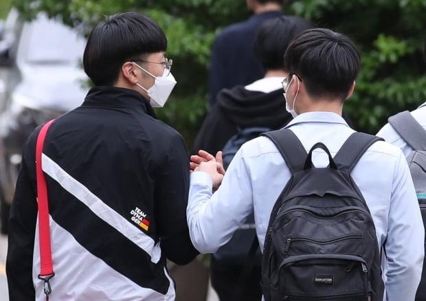 20일 오후 서울 종로구 경복고등학교에서 3학년 학생들이 이번 학기 첫 등교 수업을 마치고 귀가하며 인사하고 있다. [연합뉴스]