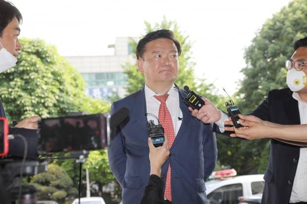 민경욱 의원이 21일 오후 경기도 의정부지검에 출석하고 있다. 사진=연합뉴스