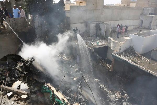 22일 파키스탄 A320 여객기가 추락한 파키스탄 남부 카나리치의 진나공항 인근 주택가 현장/사진=AP