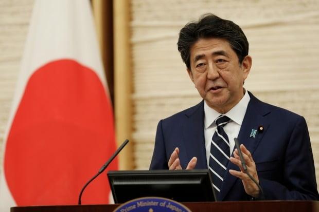 아베 신조 일본 총리가 25일 도쿄 총리관저에서 열린 기자회견에서 신종 코로나바이러스 감염증(코로나19) 확산에 따라 선포한 긴급사태를 완전 해제한다고 발표하고 있다. 사진=연합뉴스