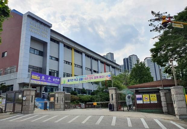 서울에서 처음으로 등교 학생이 신종 코로나바이러스 감염증(코로나19) 확진 판정을 받은 서울 강동구 상일미디어고등학교와 이웃 초등학교가 28∼29일 이틀 동안 등교를 중지했다. 사진=연합뉴스