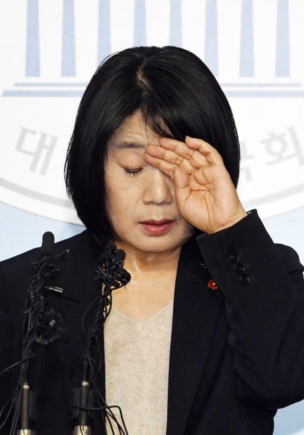 윤미향 당선인 '땀 흠뻑' (사진=연합뉴스)