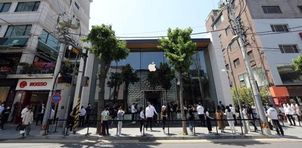 6일 오후 서울 강남구 애플스토어에서 시민들이 보급형 스마트폰 아이폰SE를 구입하기 위해 줄을 서 있다. 사진=뉴스1