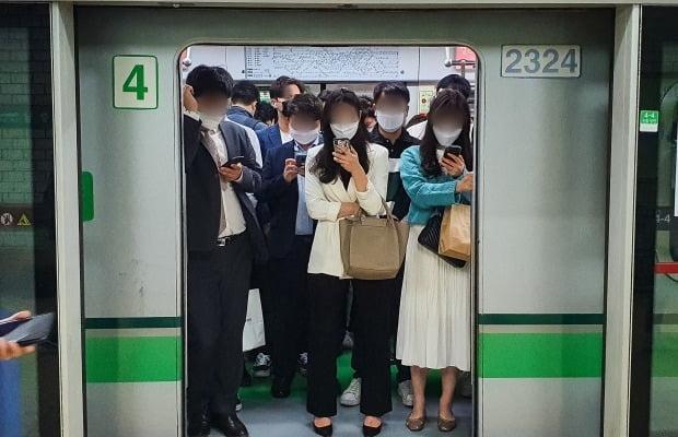 서울 지하철 2호선을 탑승한 시민들이 마스크를 착용하고 있다. 사진=뉴스1