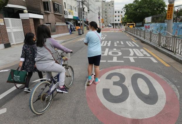 '민식이법' 시행후 순차적 등교가 시작된 20일 오후 서울 영등포구 한 초등학교 앞에서 어린이들이 어린이보호구역 일대를 지나고 있다. 사진=뉴스1