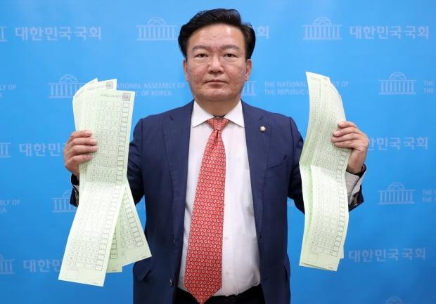 민경욱 미래통합당 의원이 21일 오후 서울 여의도 국회 소통관에서 투표용지를 들고 총선 부정선거 의혹을 제기하는 기자회견을 하고 있다. 사진=뉴스1
