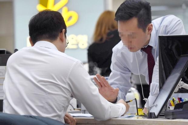 """""""1000만원 넣었는데 고작 8만원""""…'쥐꼬리 이자' 현실화"""