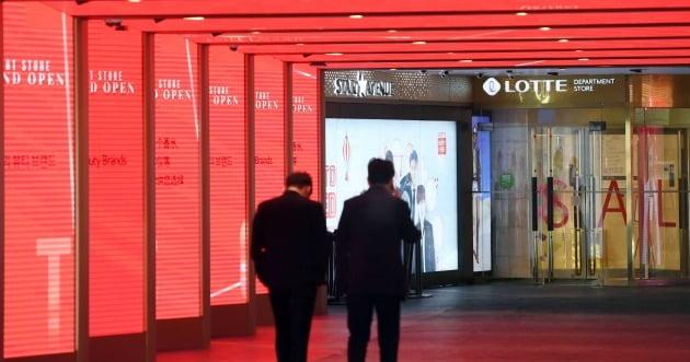 코로나19 사태로 국내 면세점 서비스 사업이 큰 타격을 입고 있는 가운데  서울 시내(롯데면세점 명동점)의 한 면세점이 한산한 모습을 보이고 있다.김범준 한국경제신문 기자bjk07@hankyung.com