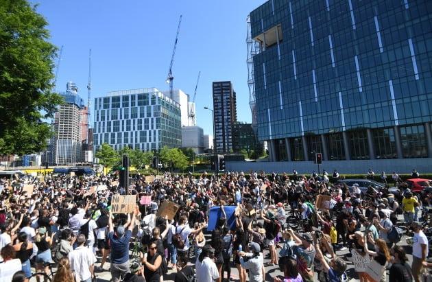 31일(현지시간) 영국 런던 주영 미국대사관 앞에서 수천명의 시위대가 인종차별에 항의하는 시위를 벌이고 있다. 사진=EPA