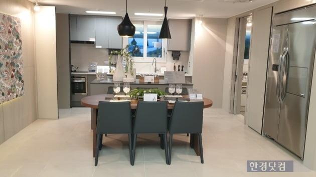 '검암역 로열파크씨티 푸르지오' 전용 84㎡C형. 알파룸 대신 아일랜드 식탁을 이용한 넓고 시원한 주방공간이 구현된다. 6인용 식탁이 들어가도 충분한 공간감이 나온다.  (사진 김하나 기자)