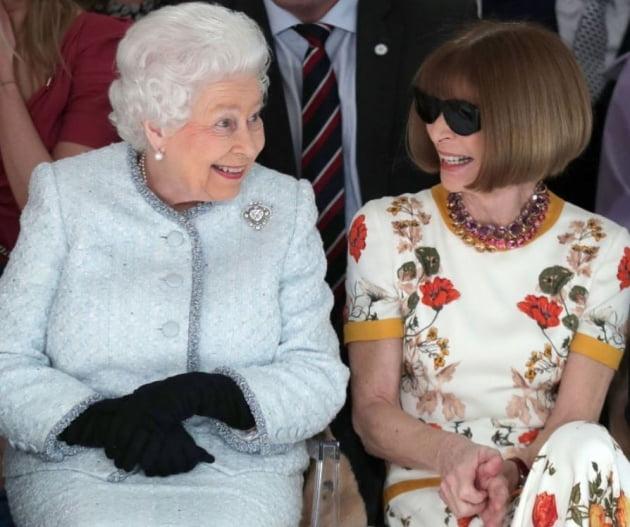 지난해 열린 런던패션위크에서 나란히 앉은 엘리자베스 영국 여왕과 안나 윈투어 보그 편집장.