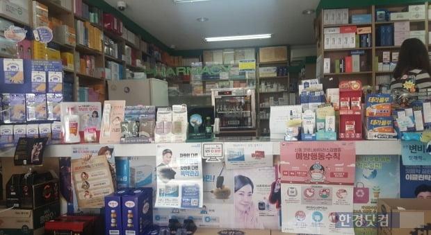소비자들의 불만으로 공적 마스크를 판매하는 약사들 역시 이중고를 겪고 있다. 사진은 서울시 중구의 한 약국 내부 모습./사진=이미경 기자