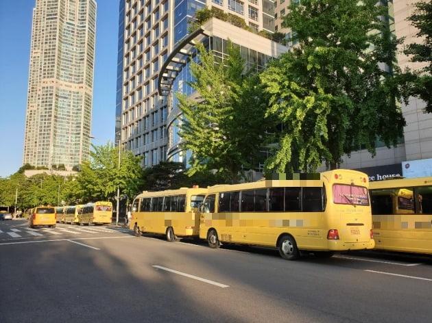 지난 1일 서울 양천구 목동 학원가에 통원 버스가 줄지어 서있다. 김남영 기자
