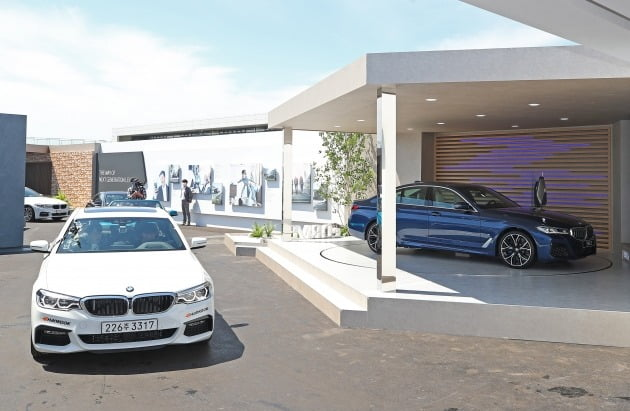 27일 오전 인천 영종도 BMW 드라이빙 센터에서 취재진이 탑승한 차량이 신차가 전시된 전시관을 지나고 있다. 2020.5.27 [사진=연합뉴스]