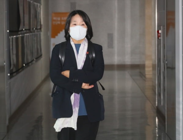 윤미향 더불어민주당 의원이 2일 국회 의원회관 사무실로 출근하고 있다. /사진=연합뉴스