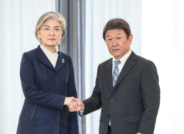 2020년 2월 15일 강경화 한국 외교부 장관이 독일 뮌헨에서 모테기 도시미쓰 일본 외무상을 만나 회담에 앞서 기념사진 촬영에 응하는 모습 [사진=외교부 제공]