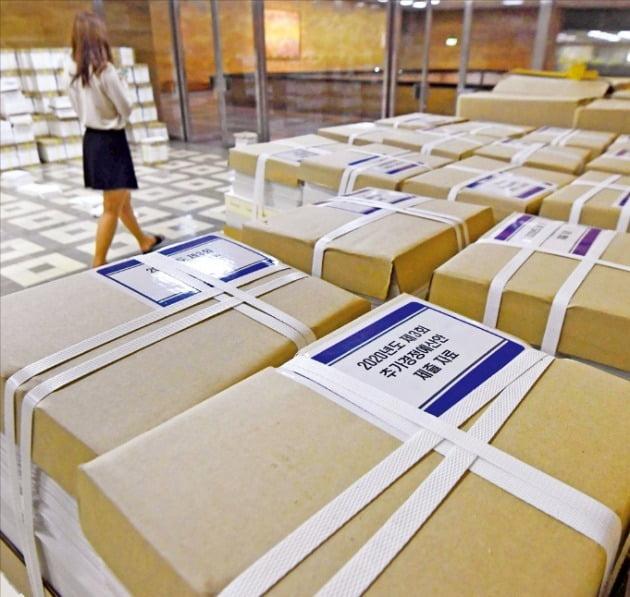 정부가 제출한 제3차 추가경정예산안 관련 서류가 4일 국회의사당 의안과 앞 복도에 쌓여 있다. 신경훈 기자 khshin@hankyung.com