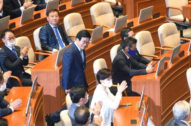 축하 받는 박병석 국회의장