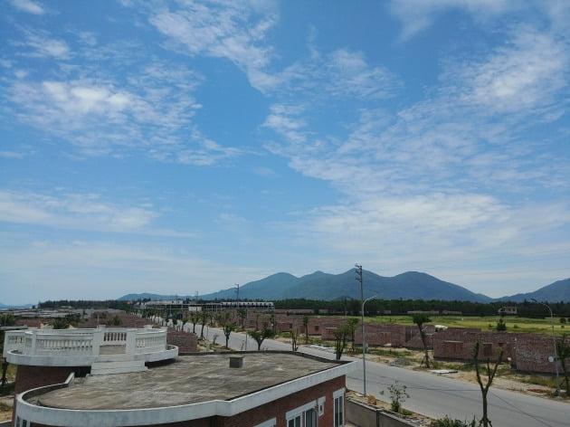하띤 파라다이스 전경. 한창 건설 중인 리조트 단지 너머로 푸른 하늘이 눈부시다.