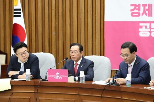 이종배 미래통합당 정책위의장(가운데)이 9일 원내대책회의에서 발언하고 있다. 오른쪽은 주호영 원내대표. /뉴스1