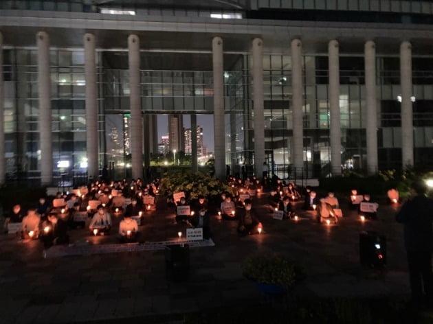 인천대 재학생과 졸업생 등이 11일 오후8시부터 이 대학 차기 총장 선출 과정의 부당함을 주장하며 촛불집회를 열었다. 독자 제공