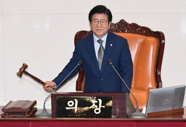 박병석 국회의장이 12일 국회 본회의에서 오는 15일까지 여야 원구성 합의를 요구하며 산회를 선포하고 있다. 박 의장은 15일 본회의까지 여야 원구성 합의가 이뤄지지 않으면 상임의장 선거, 예산결산특별위원회 위원장 선거 등 안건을 원칙대로 처리하겠다고 밝혔다./김범준기자 bjk07@hankyung.com