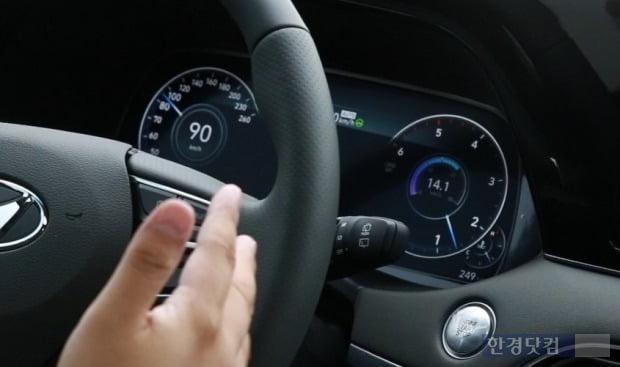팰리세이드 캘리그래피의 12.3인치 디지털 클러스터에는 주행 속도와 엔진 분당 회전수(RPM), 연비, 연료 잔량, 온도, 주행모드 등 다양한 정보가 노출된다. 사진=조상현 한경닷컴 기자