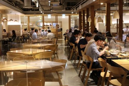 서울 쌍림동 CJ제일제당 사옥 본사 직원들이 칸막이가 설치된 구내식당을 이용하고 있다. CJ프레시웨이 제공