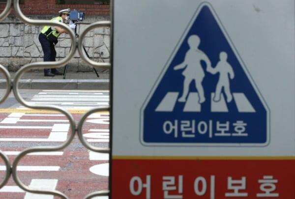지난달 26일 대전 서구 둔산동 어린이보호구역 내 도로에서 경찰이 단속을 하고 있다. /사진=뉴스1