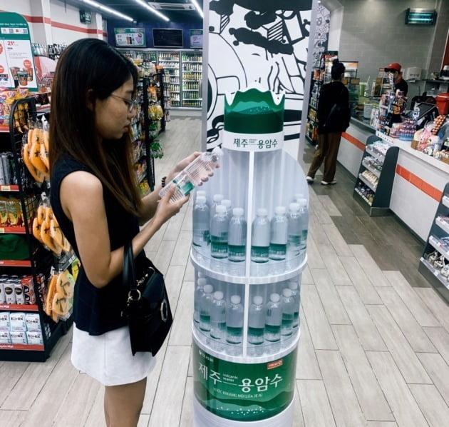 오리온은 16일 중국과 베트남에서 '오리온 제주용암수'를 판매를 시작했다고 밝혔다. 오리온 제주용암수 베트남 현지 판매 풍경. 사진=오리온 제공