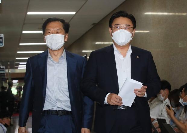미래통합당 김성원 원내수석부대표(오른쪽)와 김기현 의원이 16일 국회에서 열린 중진의원 모임에 입장하고 있다. 연합뉴스