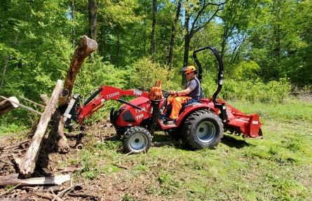 북미지역으로 수출된 동양물산의 트랙터를 한 작업자가 조작하고 있다.