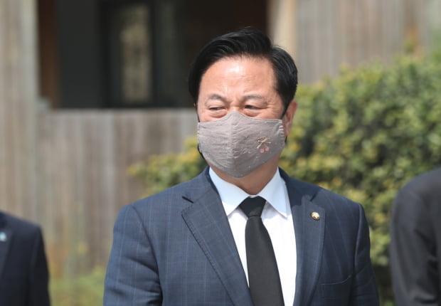 16일 더불어민주당 양산시을 선거구 당선자인 김두관 의원이 김해 봉하마을을 방문해 권양숙 여사를 예방한 후 나오고 있다. 사진=연합뉴스