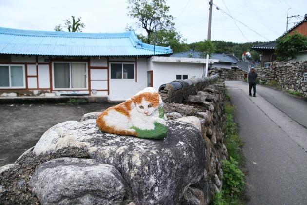 상도문돌담마을_7돌담에 놓인 고양이 돌멩이