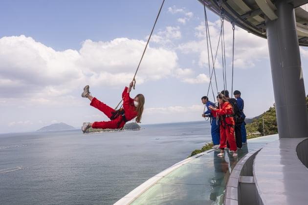 남해보물섬전망대스카이워크에서 그네를 타며 즐기는 젊은이들