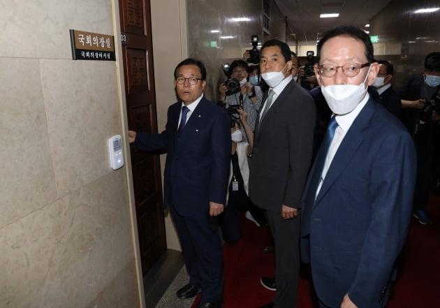 김도읍 미래통합당 의원(맨 오른쪽)이 지난 12일 원 구성과 관련해 항의하기 위해 박병석 국회의장실로 들어서고 있다.  /뉴스1