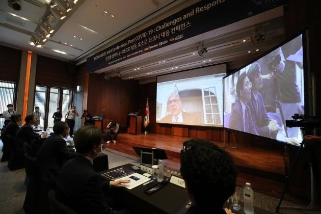 앙헬 구리아 경제협력개발기구(OECD) 사무총장이 18일 오후 서울 중구 신라호텔에서 열린 '산업통상자원부-OECD 합동 포스트 코로나 대응 컨퍼런스'에서 영상을 통해 기조연설을 하고 있다. 2020.6.18 [사진=연합뉴스]