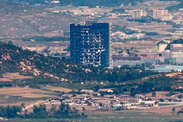 19일 경기도 파주시 접경지역에서 북한의 남북공동연락사무소 폭파로 훼손된 개성공단지원센터가 보이고 있다. 연합뉴스