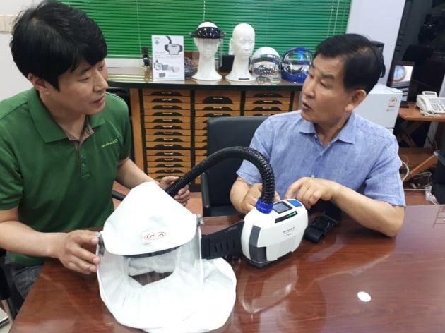 서울 금천구 가산동 오토스윙 본사에서 허문영 사장(오른쪽)이 직원과 자사 전동식 호흡보호장치(PAPR)제품인 '에어윙3'에 대해 논의하고 있다. 안대규 기자
