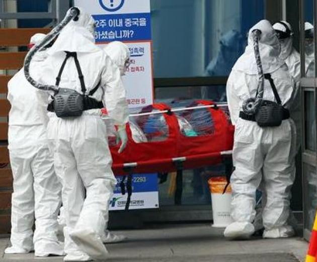 오토스윙 PAPR을 착용한 한국 의료진과 방역담당자 모습. 오토스윙 제공